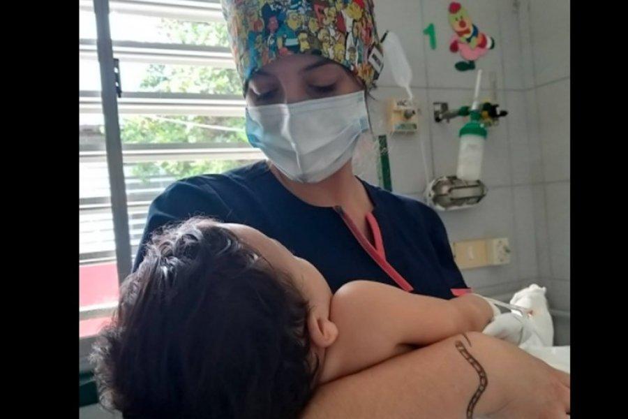 Buscan familiares de un bebé que sobrevivió a un choque: murieron sus padres y su abuela