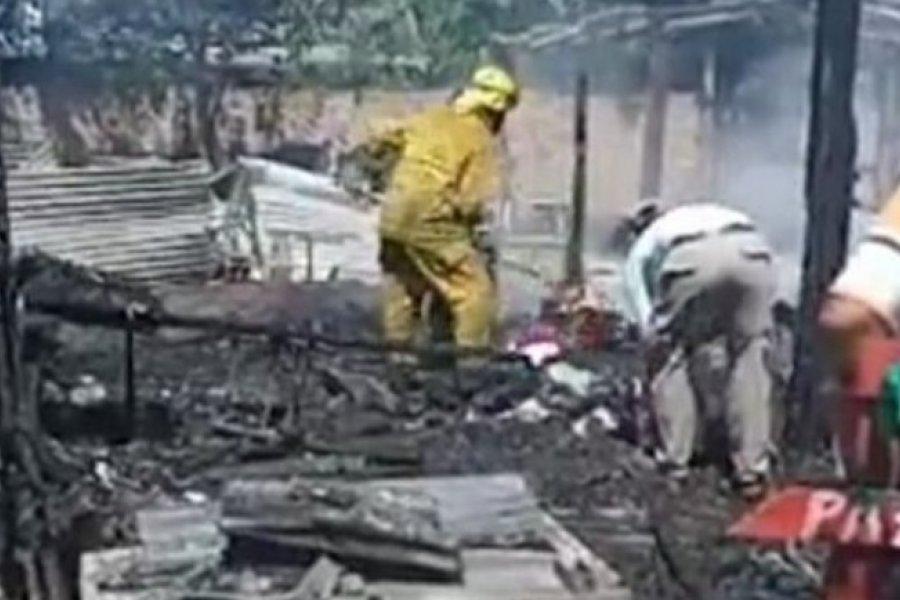 Familia quedó con lo puesto tras un incendio que destruyó su casa