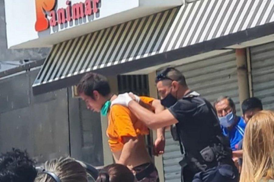 Vecinos redujeron a joven que quiso asaltar un supermercado chino