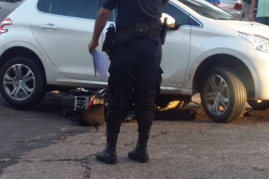 Una moto quedó incrustrada debajo de un auto
