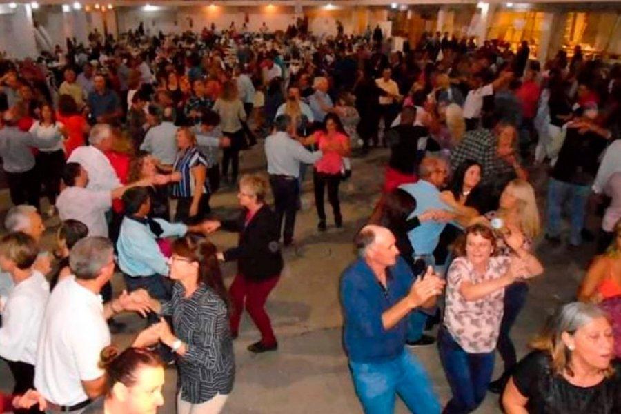 Indignación por una fiesta de adultos mayores con 500 personas