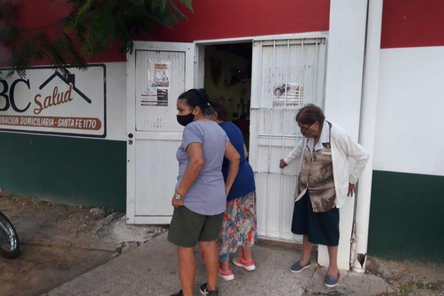 Abuelos esperan por vacunas en Polideportivo de las Mil Viviendas