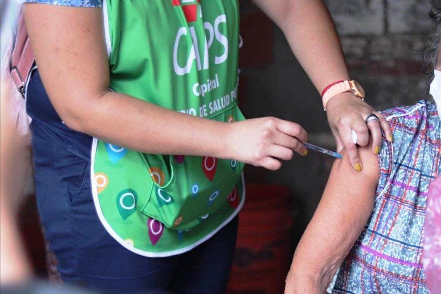 Vacunan contra el COVID-19 en los barrios Quintana y Apipé