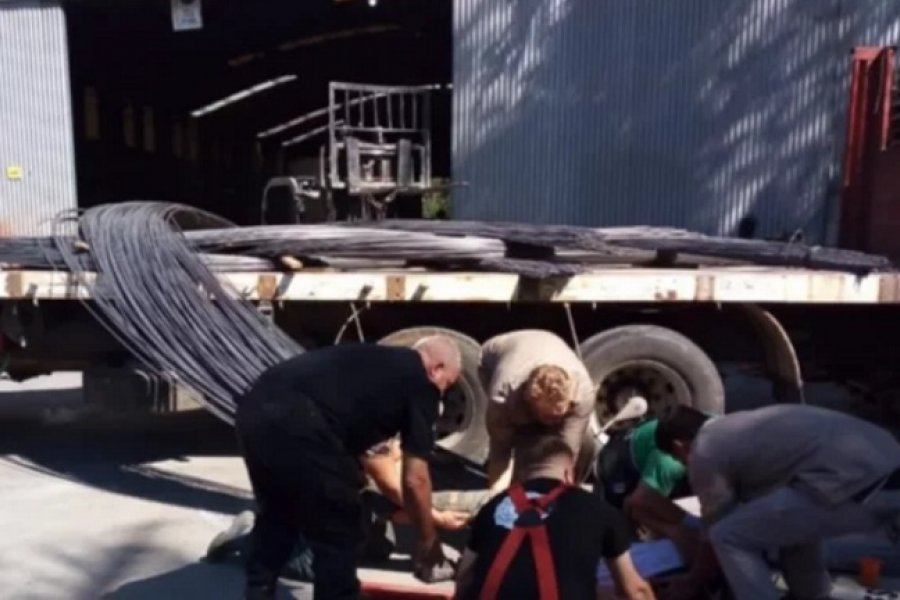 Rescataron a un hombre atrapado entre hierros