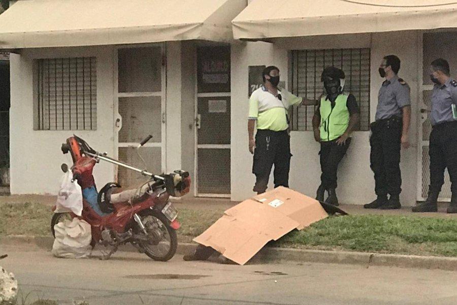 Se trasladaba en su moto, se descompensó y murió en la calle