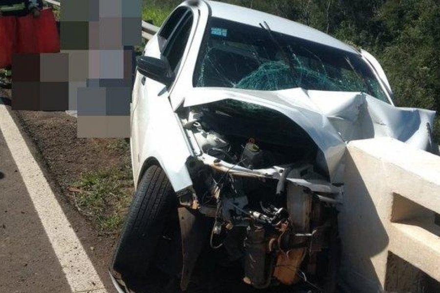Impactante accidente donde un auto se incrustó contra el guardarraíl