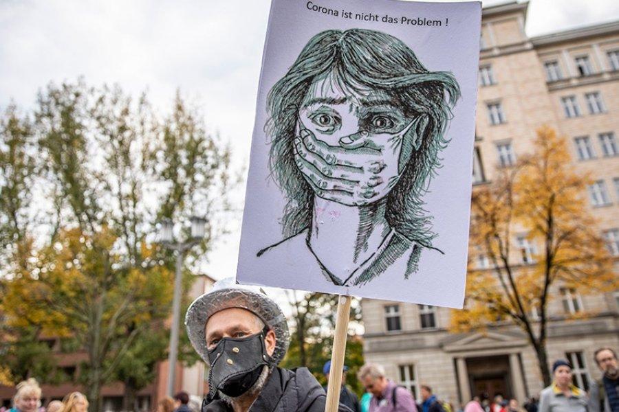 Casi 70 detenidos en una violenta protesta contra las restricciones por el coronavirus