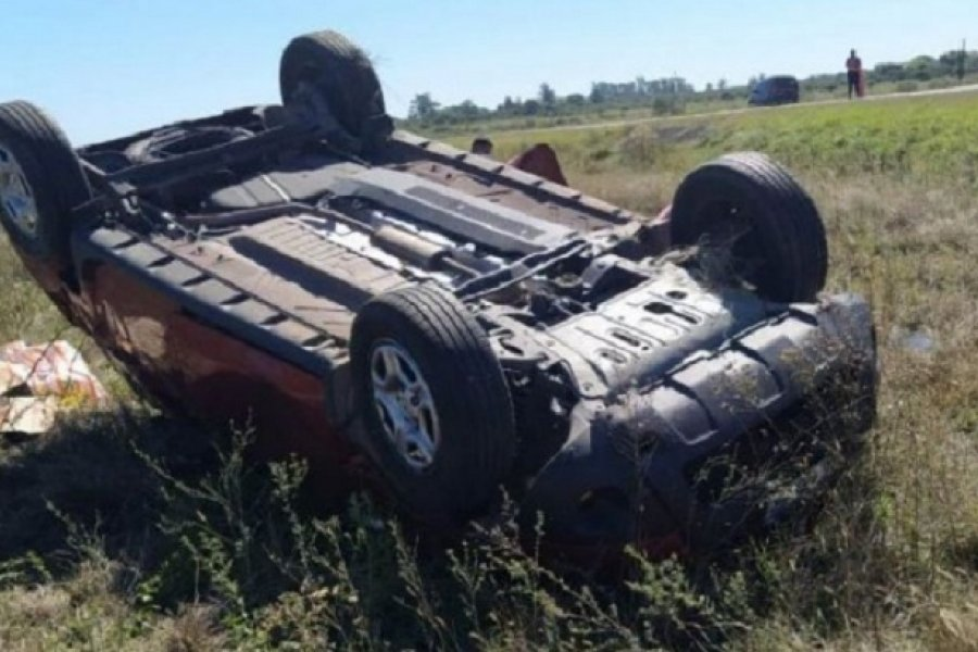 Una camioneta despistó y volcó en Ruta Nacional N° 119