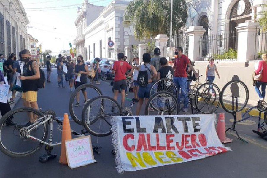 Artista protestan por tercer día frente a la Municipalidad