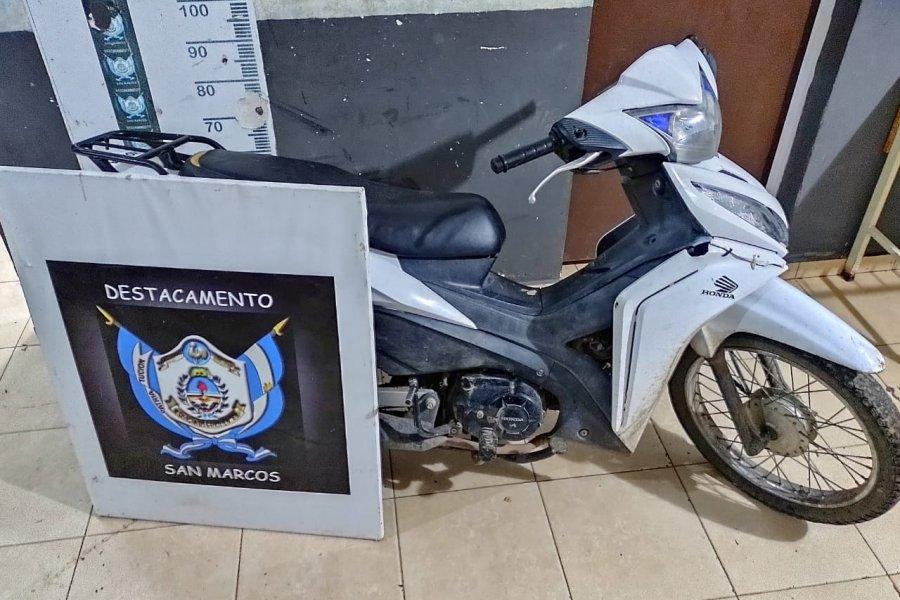 Policías persiguieron a delincuentes y lograron recuperar una moto robada