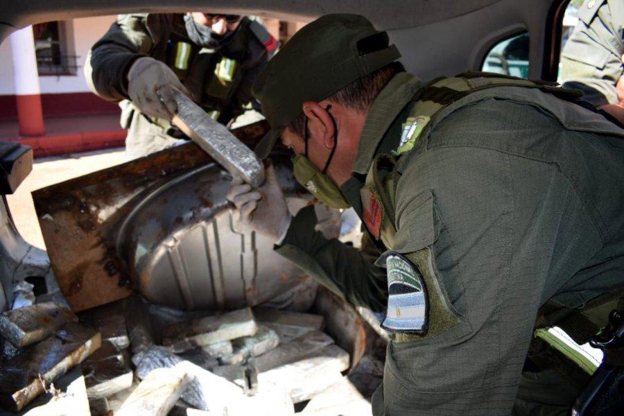 Trasladaba 28 kilos de marihuana en el doble fondo del baúl de su vehículo