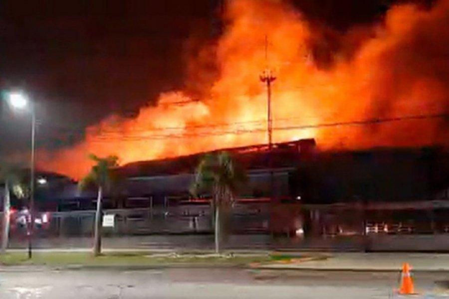 Con 20 dotaciones de bomberos, lograron controlar un incendio en una planta de Bimbo
