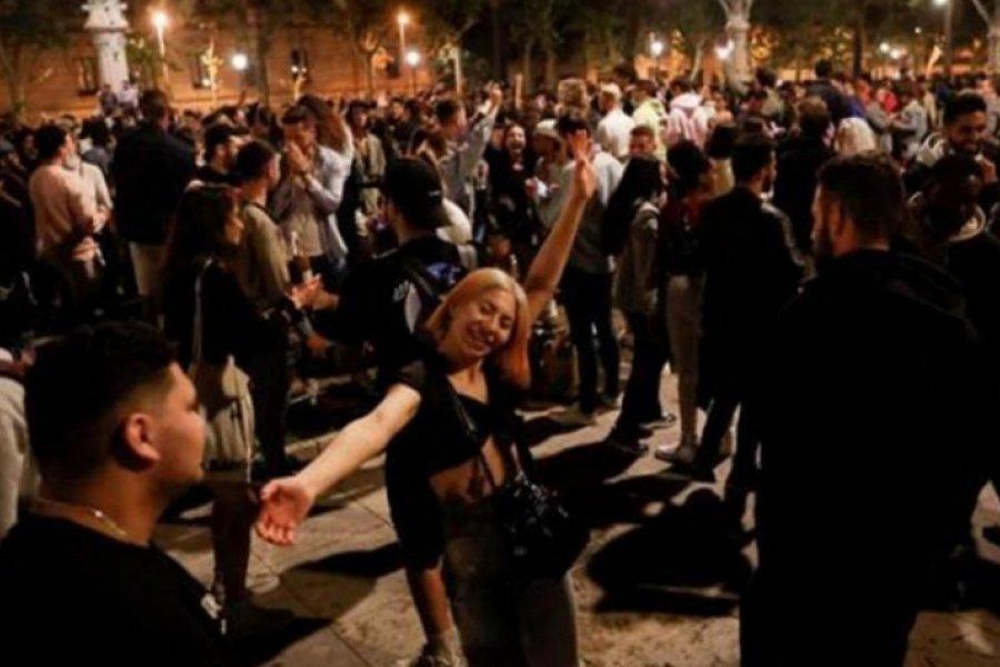 El Gobierno español pide responsabilidad tras festejos en las calles pese al coronavirus