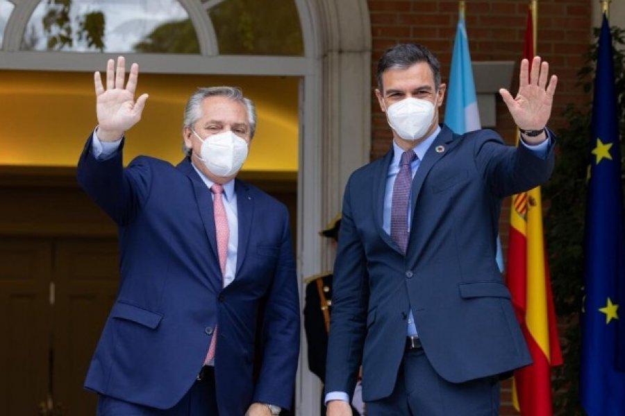 Pedro Sánchez apoya a la Argentina en la negociación con el FMI y viaja al país