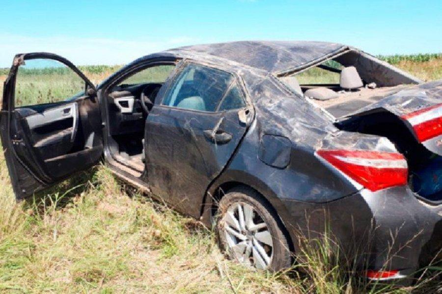 Conductor se cruzó de carril y volcó con su auto cerca de Empedrado