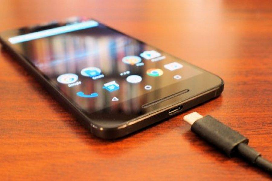 Mujer murió electrocutada mientras jugaba con su celular en la cama