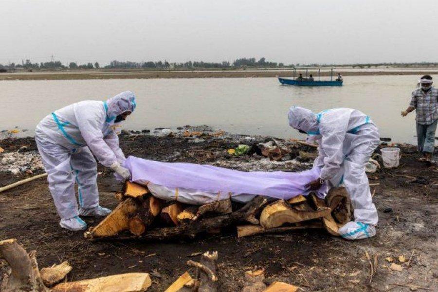 En India, colapsada por el coronavirus, aparecen cadáveres en el Ganges