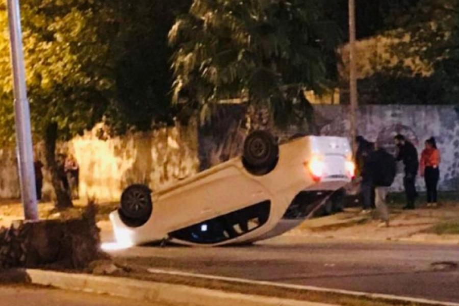 Joven le sacó el auto a su papá sin permiso y volcó en el barrio Irupé