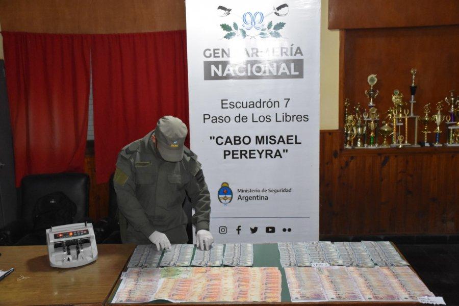 Detuvieron a un hombre con pesos, dólares y reales sin aval legal