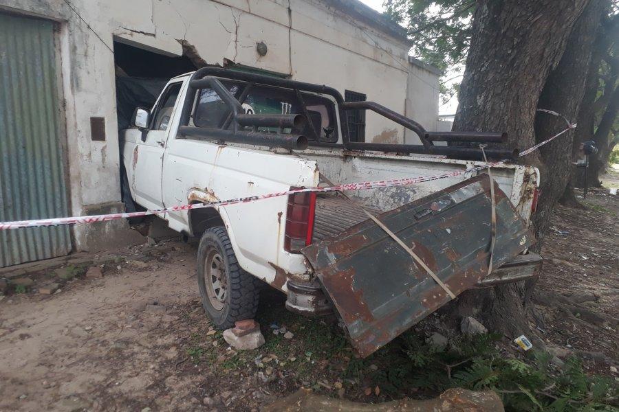 Perdió el control de la camioneta y terminó dentro de una casa