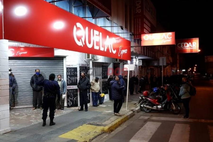 Pese a la Fase 3, mucha gente se juntó en la puerta del Banco de Corrientes