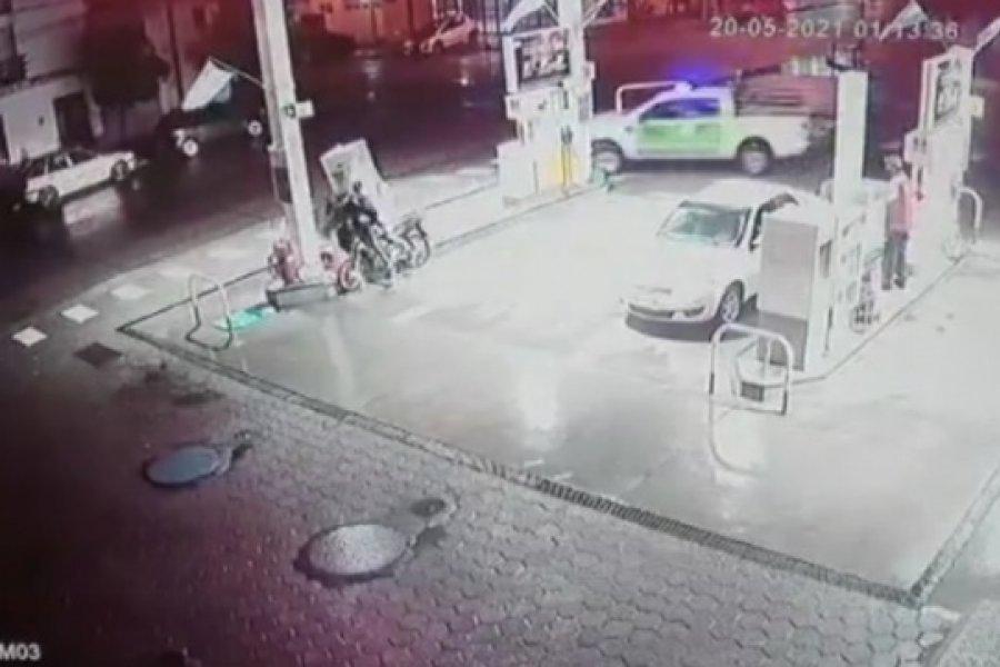Escapaban de la policía y terminaron chocando en una estación de servicio