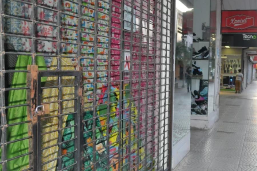 Alta adhesión comercial en la peatonal Junín al feriado patrio