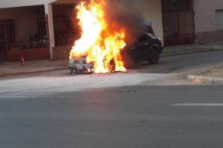 Un incendio consumió un auto en Corrientes