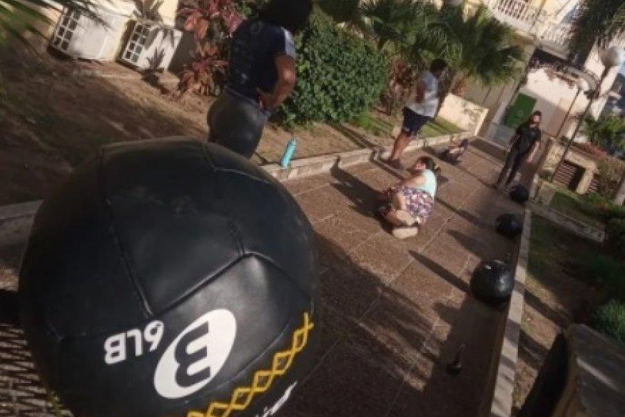 Gimnasios de Corrientes sacaron sus elementos y dan clases en la vereda
