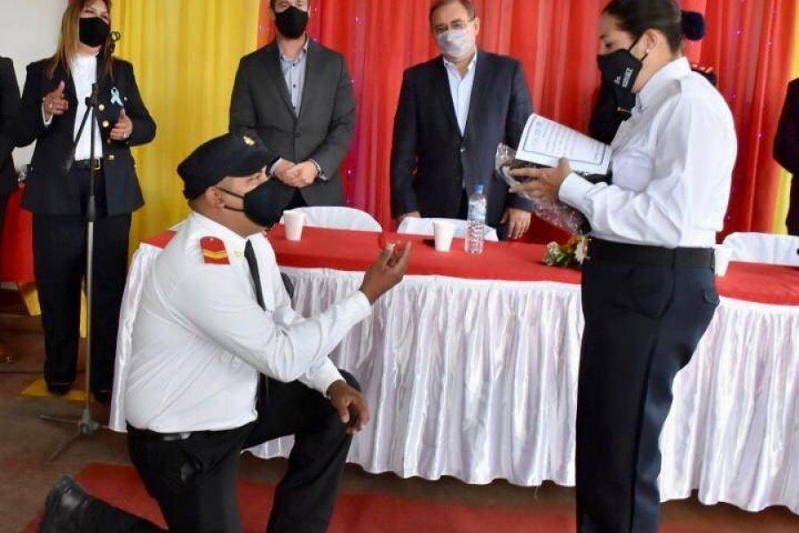 Un correntino le propuso casamiento a su compañera de cuartel en el Día del Bombero