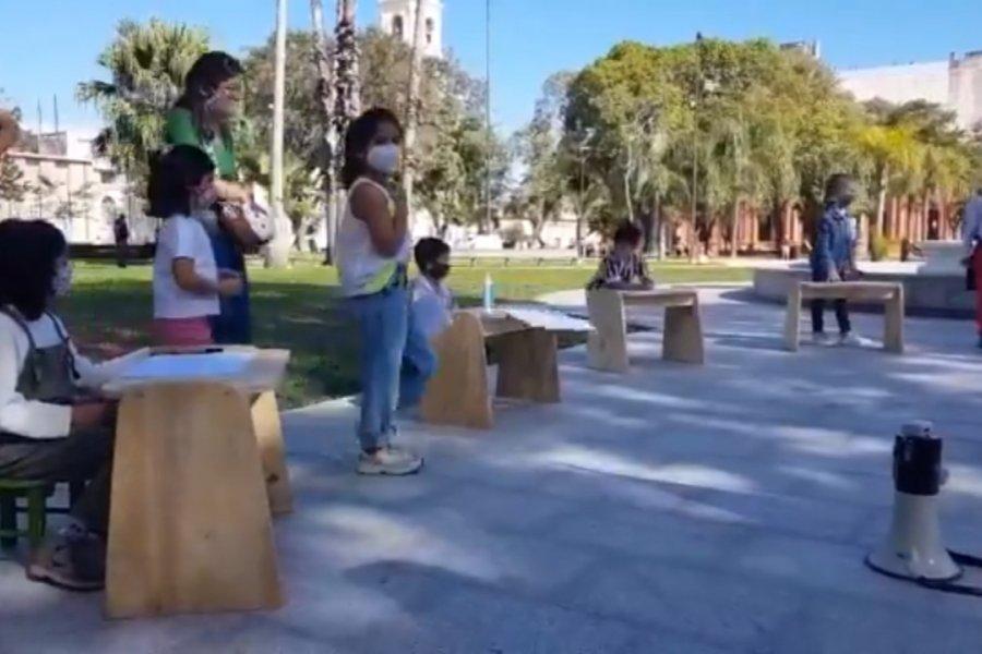 Corrientes: Clase pública frente al despacho del gobernador Valdés