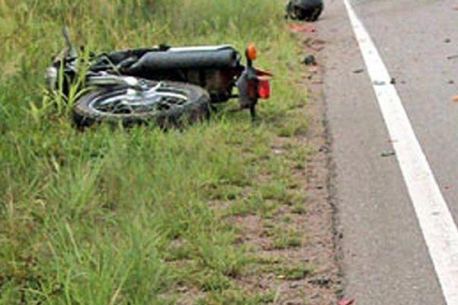 Perdió el control de su moto, cayó y murió en el acto