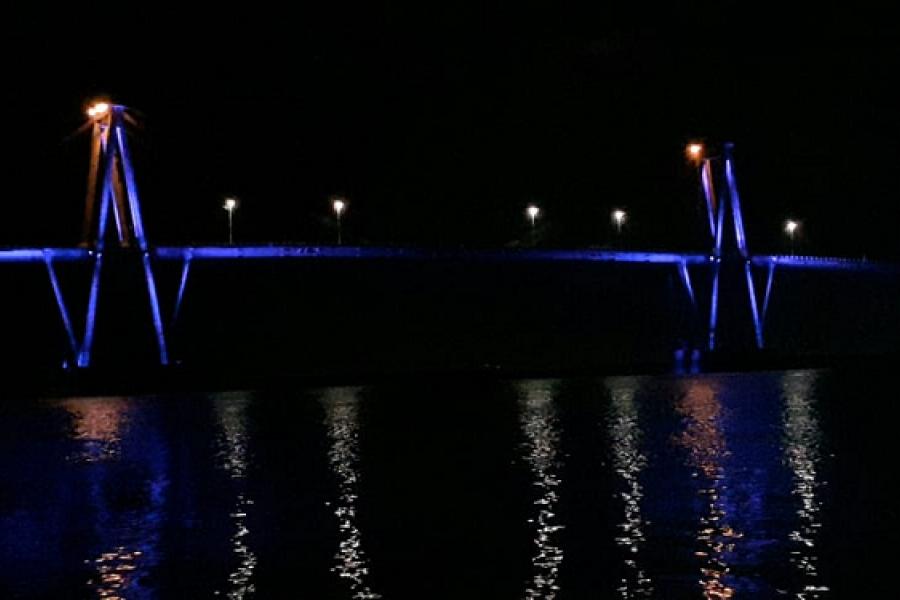 El Puente Belgrano se ilumina de violeta para concientizar del buen trato a personas mayores