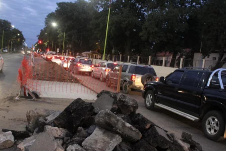 Por trabajos de bacheo, se dificulta la circulacion en una transitada avenida