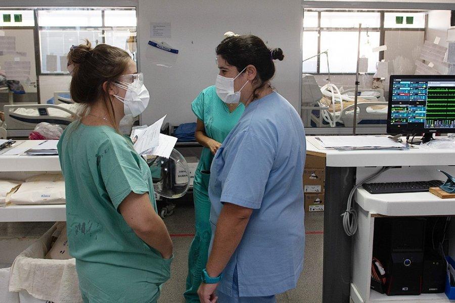 Los casos bajaron 14% en una semana, pero sigue la tensión en el sistema sanitario