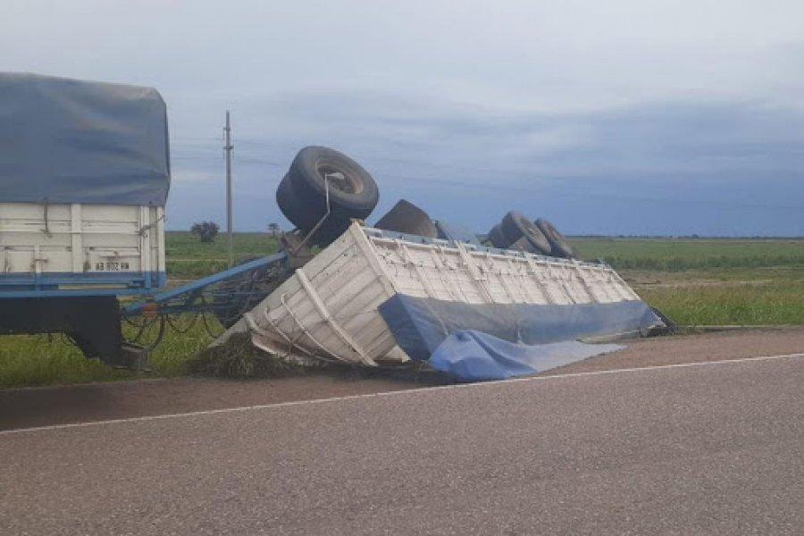 Conductor despistó y volcó el acoplado de su camión cargado de alfalfa