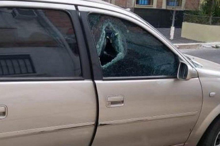 Destrozaron vidrios de dos autos a media cuadra de la Comisaría Segunda