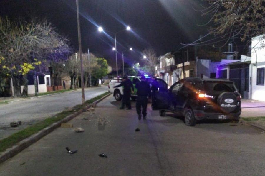 Un vehículo fue abandonado tras chocar contra una columna de luz