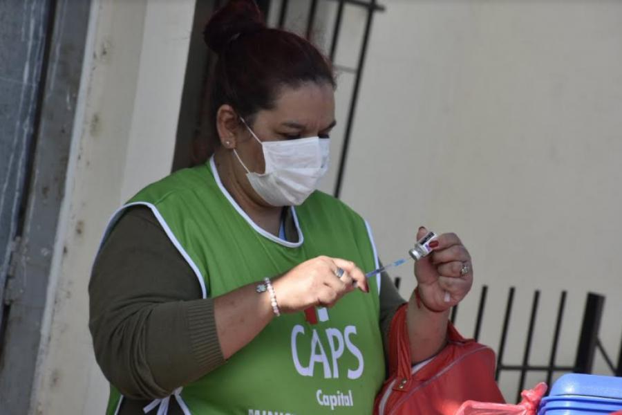 Vacunan casa por casa a mayores de 30 años en el barrio Sargento Cabral