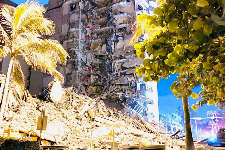 Se derrumbó parte de un edificio en Miami y rescatistas buscan heridos sobre los escombros