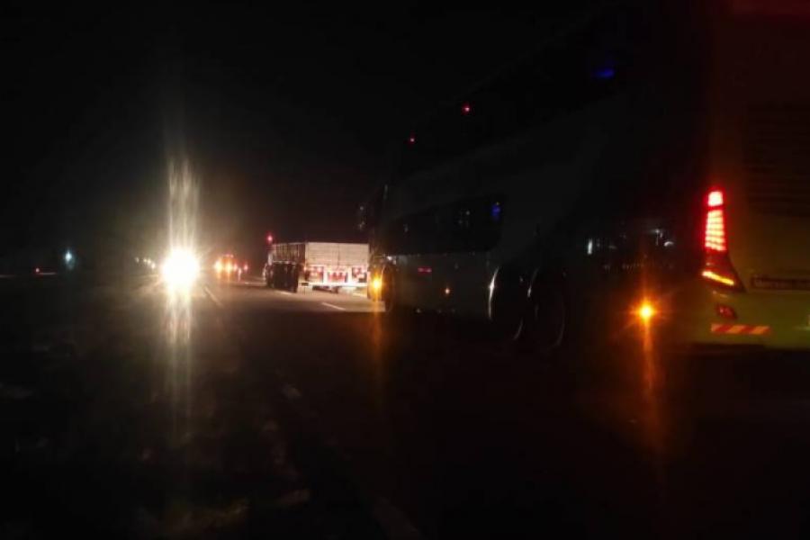 Empedrado: Se desprendió la rueda de un camión e impactó contra una  camioneta