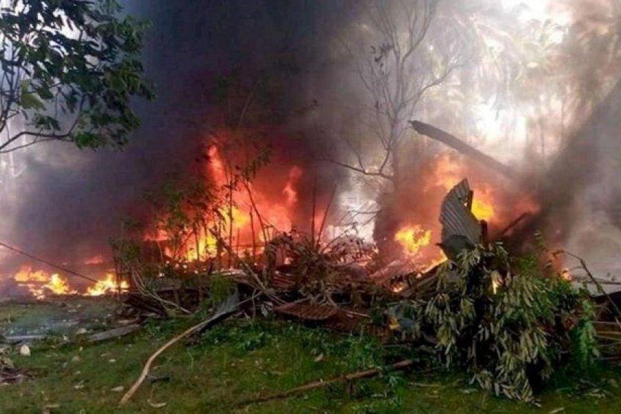 Al menos 29 muertos al estrellarse un avión militar en Filipinas