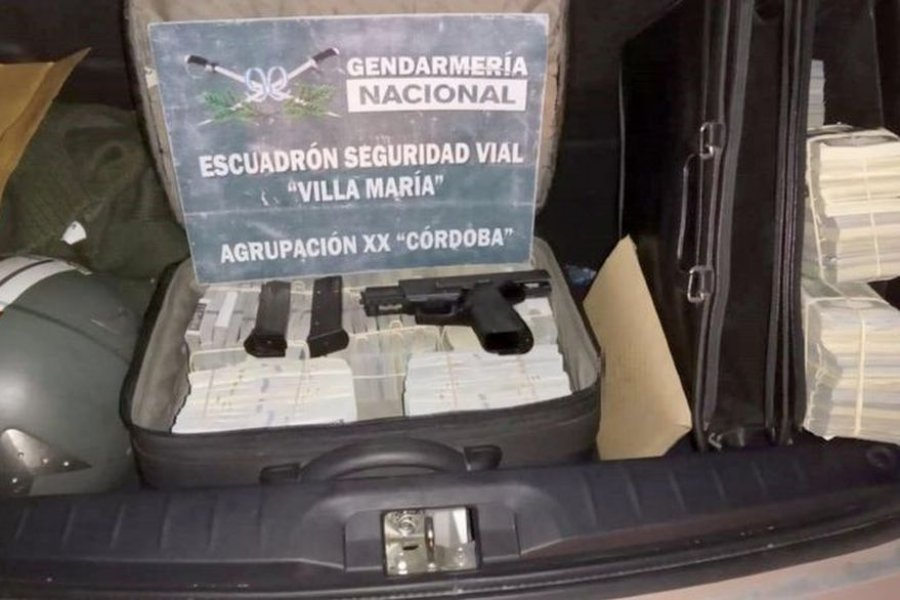 Un padre y su hijo fueron detenidos con un millón de dólares en el baúl del auto