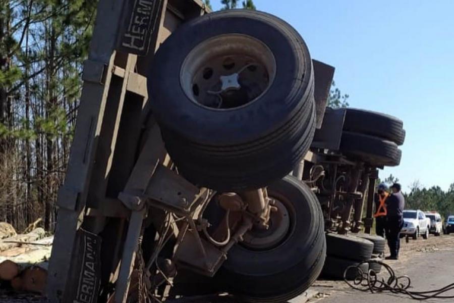 Camión despistó y perdió su carga de rollizos de madera sobre la ruta