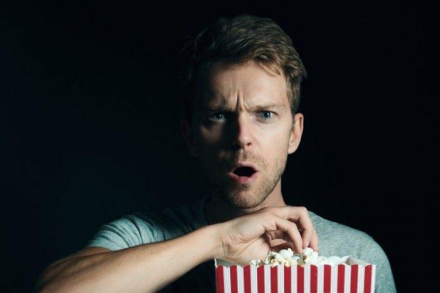 Por qué comer y ver televisión puede ser una combinación fatal