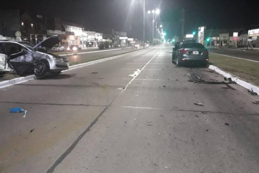 Una familia quedó atrapada en su auto tras feroz choque por avenida Independencia