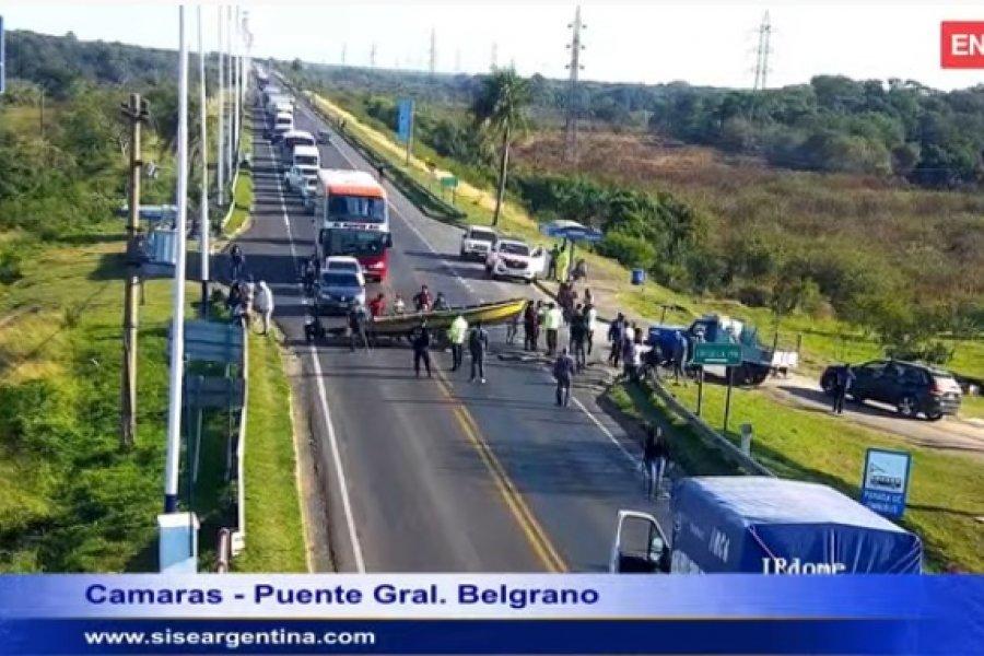 Manifestantes cruzaron una canoa para cortar el tránsito en el Puente General Belgrano
