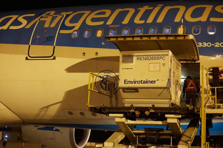 Llegó un nuevo vuelo de Aerolíneas con más de 768 mil dosis de Sinopharm