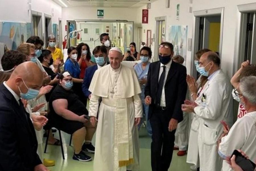El papa Francisco salió del hospital y continuará su recuperación en el Vaticano tras la cirugía de colon
