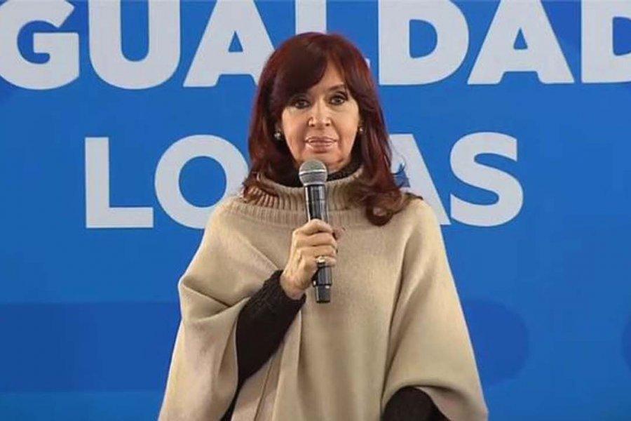 Cristina Kirchner vuelve de El Calafate para encender la campaña con una audiencia y el cierre de listas